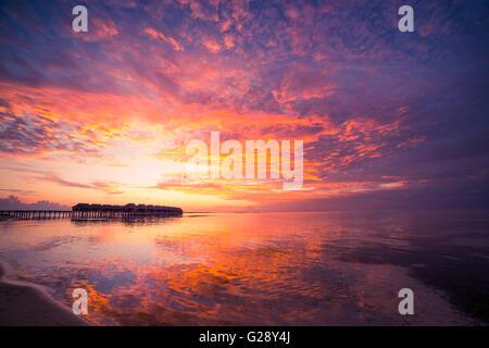 Erstaunlichen Sonnenuntergang Strand auf den Malediven. Hintergrund-Konzept - Stockfoto