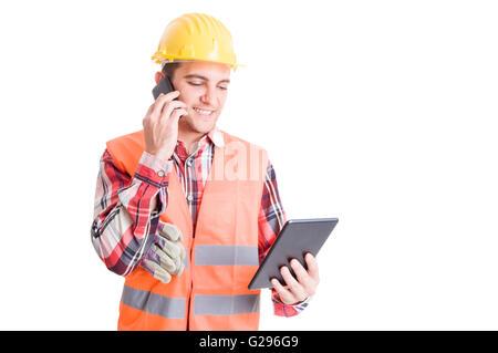 Beschäftigt und moderne Konstruktor oder Erbauer sprechen auf Smartphone und Tablet mit - Stockfoto