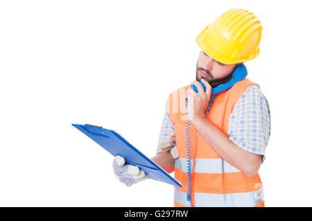 Beschäftigt Auftragnehmer über Telefon halten Sie Zwischenablage. Unterstützung oder Hilfe für Bauunternehmen - Stockfoto