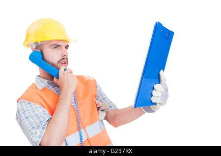 Zuversichtlich, Auftragnehmer oder Erbauer mit Telefon und halten Zwischenablage isoliert auf weißem Hintergrund - Stockfoto