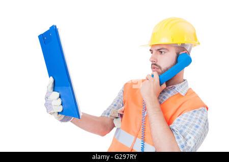 Beschäftigt Baumeister, Ingenieur oder Bau-Arbeiter mit Handy auf weißen textfreiraum und leeren Textbereich - Stockfoto