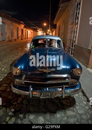 Eine 1951 Chevrolet Bel Air auf einer Straße Straße nahe der Mitte von Trinidad in Kuba in der Nacht. - Stockfoto