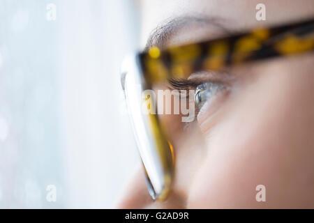 Nahaufnahme von junge Frau mit blauen Augen mit Brille - Stockfoto