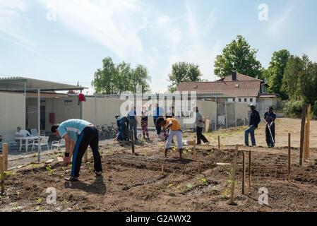 SCHARNHAUSEN, Deutschland - 26. Mai 2016: Deutsche freiwillige afrikanische, Arabische und asiatische Flüchtlinge - Stockfoto