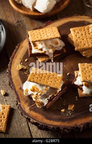Hausgemachte klebrigen Marshmallow s' mores mit Schokolade - Stockfoto