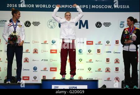 Moskau, Russland - 27. Mai 2016: Silbermedaille Elodie Clouvel von Frankreich, Goldmedaillengewinner Sarolta Kovacs - Stockfoto
