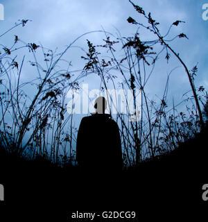 Silhouette Abbildung in Altrosa Feld stehen - Stockfoto