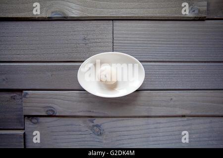 Einzelstück der Pasta auf graues Holz - Stockfoto