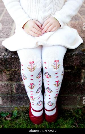 Junges Mädchen im weißen Kleid und rote Schuhe - Stockfoto