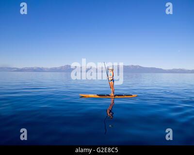 Frau stehend auf Paddleboard Holding Paddel 2 - Stockfoto