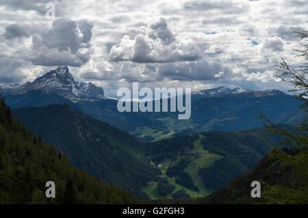 Der Berg Peitlerkofel mit malerischen Wolken - Stockfoto