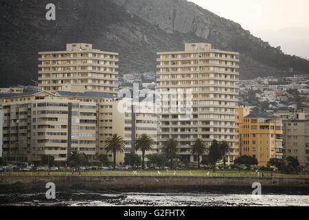 Mehrfamilienhäuser am Strand, Kapstadt, Südafrika - Stockfoto