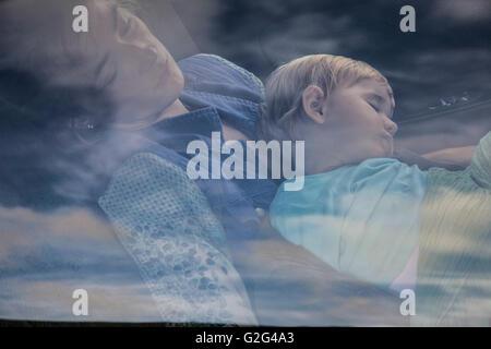 Blick durch Autofenster von Mutter und Kind schlafen - Stockfoto