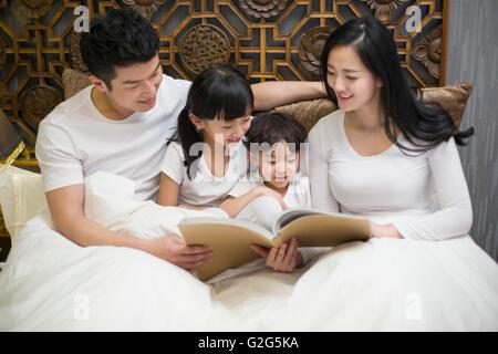 Junge Familie erzählen im Schlafzimmer - Stockfoto