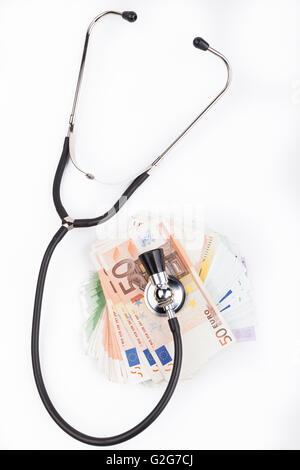 Schwarz Stethoskop mit Haufen oder Euro Banknoten isoliert auf weißem Hintergrund - Stockfoto