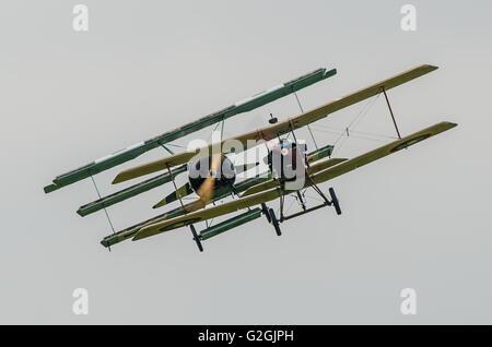 Deutsche Fokker Dr.1 erhält auf der Schwanz einer Alliierten RAF SE 5 während des Ersten Weltkriegs dogfight Re - Stockfoto