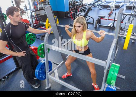 Fitness-Frau und personal Trainer im Fitness-Studio - Stockfoto