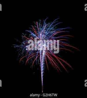 Ein Einzel- und bunten Feuerwerk über dem Nachthimmel auf schwarzem Hintergrund isoliert - Stockfoto