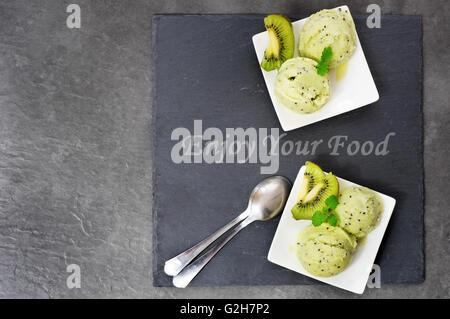 Kiwi-Eis auf einem Schiefer Platte gelegt - Stockfoto