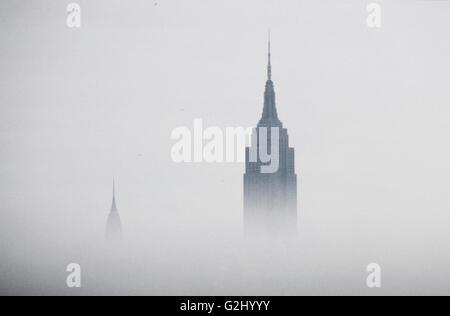 Empire State Building und Chrysler Building im Nebel, New York City, USA - Stockfoto