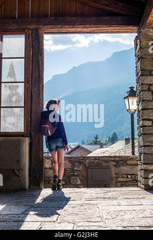 Junge Erwachsene Frau betrachten Panoramablick vom Dorf Tür, Rückansicht, Lanslevillard, Val Cenis Vanoise, Frankreich - Stockfoto