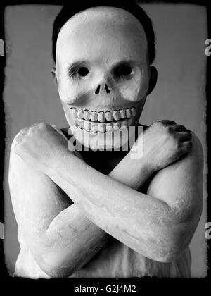 Junge mit Skull Maske und verschränkten Armen - Stockfoto