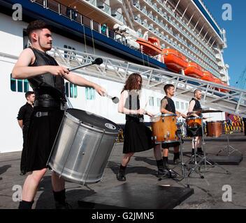Die Hit Maschine Trommler begrüßen Celebrity Silhouette Passagiere nach Irland in Dublin Port - Stockfoto