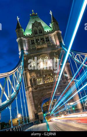 Tower Bridge über die Themse in London in der Abenddämmerung mit helle Streifen vom Verkehr - Stockfoto