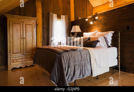 queen gr e bett aus holz nachttisch beleuchtete lampe in g stezimmer im erdgeschoss in einem. Black Bedroom Furniture Sets. Home Design Ideas