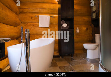 Freistehende Ovale Badewanne WC Glas Stall Holzkohle Aus Holz Leinen  Duschkabine Im Badezimmer In Einem Luxuriösen