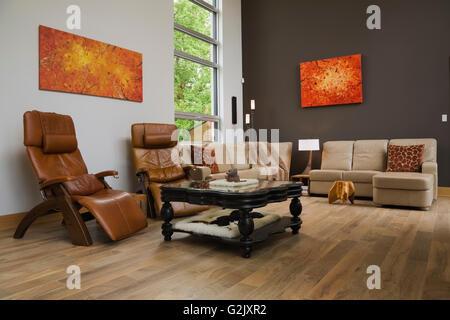Braun Leder Hoher Lehne Sitzend Stühle Schwarz Beige Sofas Couchtisch Aus  Holz Im Wohnzimmer In Eine