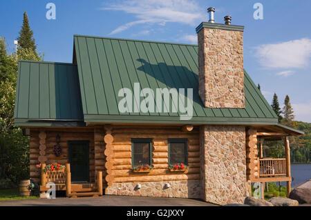 Handgefertigte Fichte Log Home Fassade Feldsteinen Kamin Grüne Metalldach  In Quebec Kanada This Image Eigenschaft