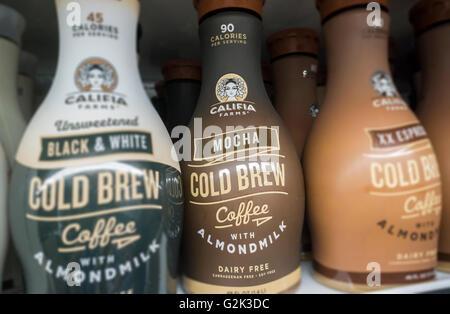 Flaschen von Califia Farmen Marke Ready-to-Drink Kaffee mit Mandelmilch in einem Supermarkt in New York auf Mittwoch, - Stockfoto