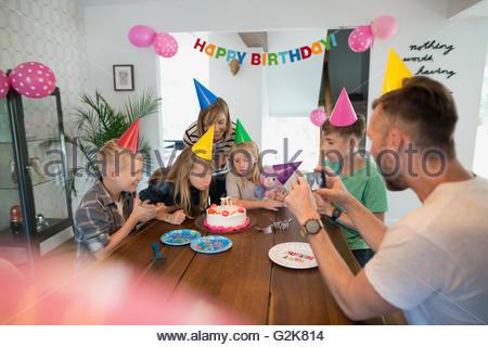 Vater Fotografieren Familie feiert Geburtstag mit Handy - Stockfoto