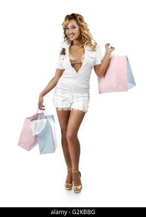 Junge Frau, die mehrere Einkaufstaschen tragen - Stockfoto