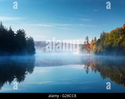 Nebel über Rauch See in der Morgendämmerung, im Herbst, Provinz Algonquin Provincial Park, Ontario, Kanada - Stockfoto