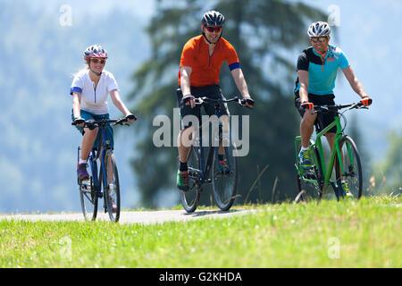Drei Personen auf einer Fahrradtour mit Trekkingbikes - Stockfoto