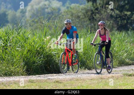 Mann und junges Mädchen auf einer Fahrradtour mit Trekkingbikes - Stockfoto