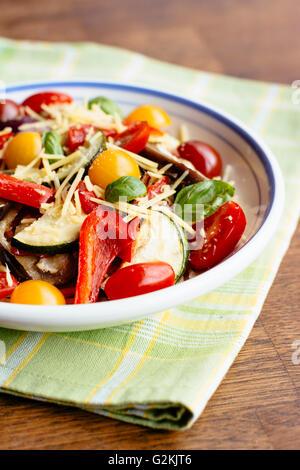 Pasta mit gebratenem Gemüse mit Spaghetti, Pasta-Sauce, Aubergine, rote Zwiebel, Zucchini, rote Paprika, gemischten - Stockfoto