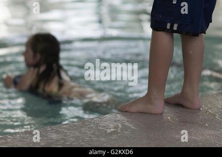 Kinder im Hallenbad - Stockfoto