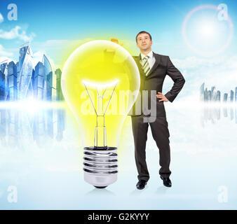 Idee-Konzept mit Geschäftsmann und große Glühbirne - Stockfoto