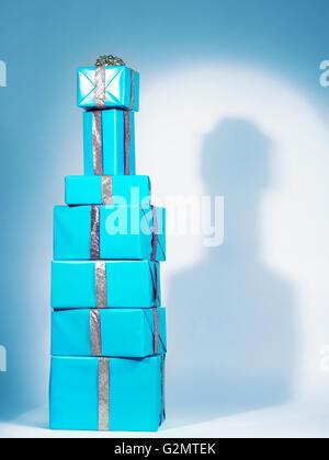 Haufen von blauen Geschenk-Boxen, gestapelt in der Form ein alkoholisches Getränkeflasche - Stockfoto