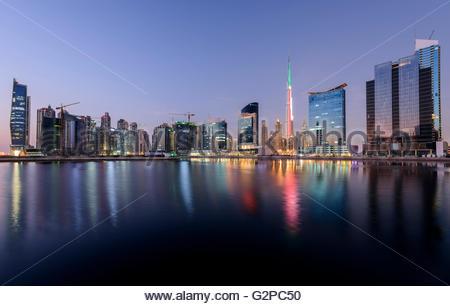 Dubai Business Bay, mit Burj Khalifa in VAE Farben..., Downtown Dubai, Vereinigte Arabische Emirate - Stockfoto