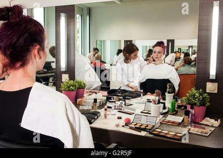 Kosmetikerin Make-up eine junge Frau. - Stockfoto