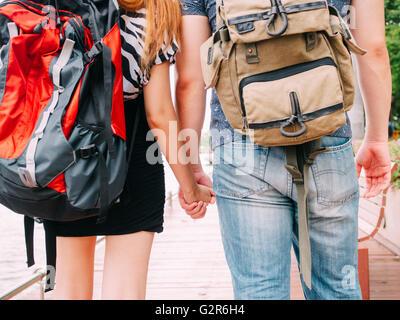 Reisende zu Fuß und Hand in Hand zusammen - Reise der Liebe zu zweit und Reisen - Stockfoto