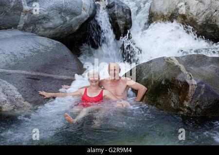 Paar, 59 und 68 Jahre, Baden in den Berg Fluss Torrente Codera, Valle dei Ratti, Val dei Ratti, Lombardei, Italien - Stockfoto