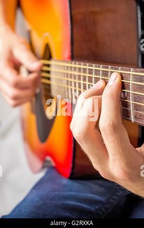 Nahaufnahme der Hände spielt akustische Gitarre - Stockfoto