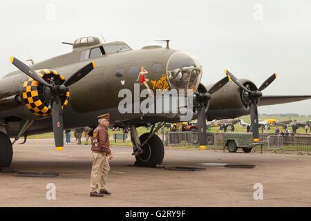 """Boeing b-17 Flying Fortress """"Sally B"""" auf dem Boden, Imperial War Museum Duxford, Großbritannien - Stockfoto"""