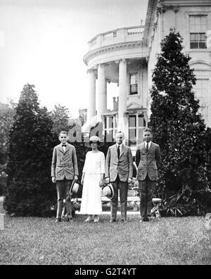 Präsident Calvin Coolidge, seine Frau Grace und ihren beiden Söhnen posiert auf dem Rasen des weißen Hauses. - Stockfoto