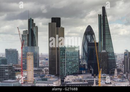 Die City von London von der Golden Gallery at St Paul's Kathedrale. Besucher an die Spitze der St Paul's sind mit - Stockfoto